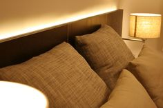 """Perfil perimetral con leds cuyo efecto lumínico crea la ilusión de """"despegar"""" el respaldo de la pared."""