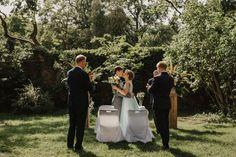 Spokojna 15 to piękny czarodziejski ogród i ceglany budynek, w którym mieści się restauracja. Jest miejscem przyciągającym artystów, osoby pomysłowe i kreatywne. Tu możesz puścić wodze fantazji i zaplanować ślub w plenerze i wesele zgodne z Twoją wizją a niekoniecznie z sielską tradycją. Fotografia