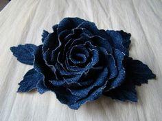 Denim Roses: se cortan de pétalos en tres tamaños (de 5 a 10). Se les da la forma con una herramienta caliente (una cuchara, un gancho...) sobre una superficie mullida. Se van pegando formando la rosa