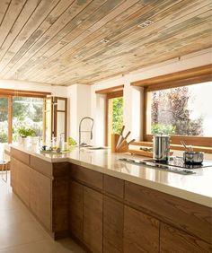 I love this kitchen! It reminds me of the kitchen in my dad's house. Kitchen Dinning, Home Decor Kitchen, Country Kitchen, Kitchen Interior, Home Kitchens, Mid Century Modern Kitchen, Kitchen Cabinet Design, Modern House Plans, Cuisines Design