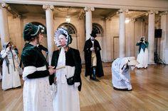 Empire-tyylille tyypillistä pukeutumista naisille on vaalea rinnan alle nostettu leninki ja lyhyt jakku sekä bonetti-hattu.
