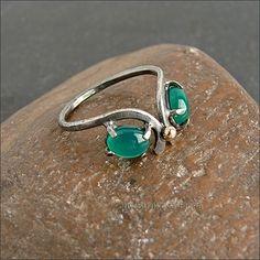 Изящное кольцо с зелёным ониксом.