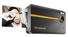 """La caméra Polaroid Z2300 est une caméra digitale de type """"instantanée"""" qui imprime des photos au format 2"""" x 3"""" directement depuis la caméra à l'aide des papiers ZINK de Polaroid. Ces petites caméras sont bien amusantes pour créer des souvenirs tangibles !"""