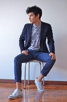 Sommerliches Outfit in blau und weiß: Shirt (Colcci), Chino und Sneakers (Fred Perry), Sakko (El Corte Inglés).