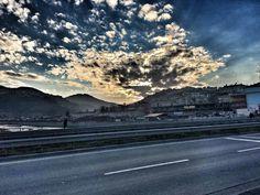 Gitmeyi huy edinmiş bulutlar var ve o bulutların esiri olmayan yollar.. #bulut #yollar #mavi #gökyüzü #sky #blue #cloud #roads