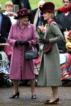 2006 - Queen Elizabeth II (left) wearing her with Sophie, Countess of Wessex on Christmas Day. Royal Fashion, Love Fashion, Sophie Rhys Jones, Royal Family Christmas, Christmas Decor, Countess Wessex, Lady Louise Windsor, Diana, British Royal Families