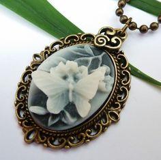Halskette aus antikgoldfarbenem Metall mit schöner Gemme in anthrazit mit einer dreidimensionalen Schmetterling auf einem Blütenzweig.  Der kleine ...