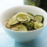 Healthy, Homemade Snacks Under 100 Calories. These way-better-than-store-bought pickles are ready in under an hour -- and will last in your fridge for up to 10 days. Quick Pickle Recipe, Pickles Recipe, Spicy Pickles, Diabetic Recipes, Healthy Recipes, Detox Recipes, Snack Recipes, Ww Recipes, Healthy Foods