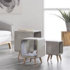 Dit betonnen, kubusvormige bijzettafeltje wordt in een mal gegoten. Het heeft een stoer en industrieel karakter. Het beton is geïmpregneerd, waardoor het vocht- en vuilafstotend is. De houten pootjes geven het tafeltje een Scandinavisch karakter. Verkrijgbaar in meerdere afmetingen.