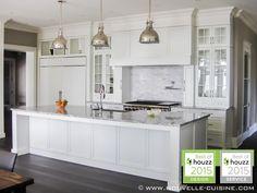 We find white lacquered cabinets and quartzite countertops in this contemporary classic kitchen. / On retrouve des armoires de cuisine en bois laqué blanc et des comptoirs en quartzite dans cette cuisine contemporaine classique.