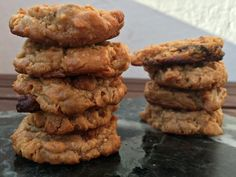 Nam, nam, nam og namme nam! De smager jo for viiiildt! Her er opskriften på nogle drøn nemme, lynhurtige - det tager 15 minutter fra du beslutter dig for at du har lyst til dem, til de er taget færdige ud af ovnen - sprøde cookies uden mel, sukker, æg og mælk. Ammen, bliver det bedre? ;)  Op....