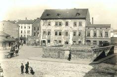Ulica Szeroka, z nieistniejącym już cmentarzem, 1927 r. Na tyłach widocznej w centralnej części zdjęcia kamienicy - fragment ceglanego budynku szkoły podstawowej, według projektu Stefana Żołdaniego.