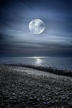 the beach, the ocean, the moon and beautiful night sky. Moon Images, Moon Pictures, Nature Pictures, Wallpaper Sky, Photo Ocean, Shoot The Moon, Moon Photography, Photography Ideas, Good Night Moon