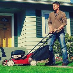 Jensen Ackles makes mowing the lawn so sexy Supernatural Fan Art, Winchester Supernatural, Winchester Boys, Jensen Ackels, Jensen Ackles Jared Padalecki, The Cw Series, Demon Dean, Picture Watch, Destiel