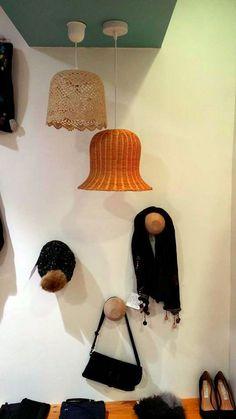 Lustres dentelle et osier pour une douche ambiance #bazardefilles #interditauxhommes #ambiance #boutique