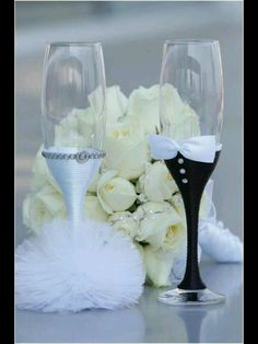 You can try these DIY wedding champagne glasses Ideas. Source: DIY Wedding Champagne Glasses Ideas Retrieved from Wedding Wishes, Diy Wedding, Wedding Favors, Wedding Gifts, Dream Wedding, Wedding Decorations, Wedding Day, Wedding Cups, Wedding Bride
