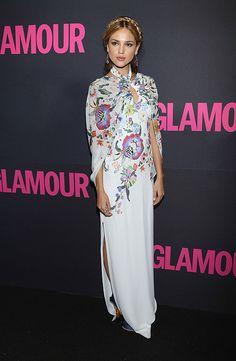 EIZA GONZÁLEZ  La actriz llevó un interesante vestido de mangas tipo capa con estampados de flores durante la fiesta por el quince aniversar...