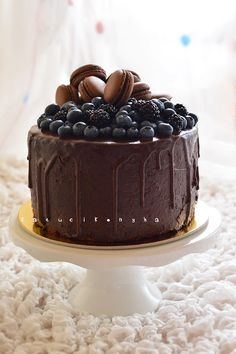 chocolate cake with berries and macarons Cake Ingredients, Homemade Tacos, Homemade Taco Seasoning, Gallette Recipe, Whole Food Recipes, Dessert Recipes, Coffee Dessert, Desert Recipes