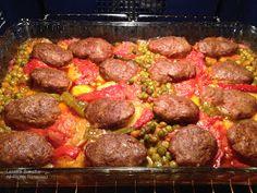 Küçük büyük hepimizin sevdiği köfteyi bu kez fırında salçalı pişirdim. Fırında rahatlıkla yapabileceğiniz sebzeli köftede patates ve bezely... Turkish Recipes, Ethnic Recipes, Turkish Delight, Sausage, Yummy Food, Favorite Recipes, Diet, Blog, Foods