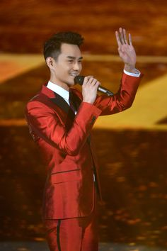Wang Kai Studio Official/Deshe posted some photos of what Wang Kai wore to the Beijing TV Spring Festival Evening (where he performed Long Time No See). Wang Kai wore two different suits for the evening, one a red Gucci suit paired with JM Weston shoes, and the other a very dapper looking navy blue suit from Brunello Cucinelli. Styling by 陆桂雨 and hair and make-up by 東田造型奕行-郭继闯. Which was your favourite suit he wore? Let us know in the comments below. Source: 1