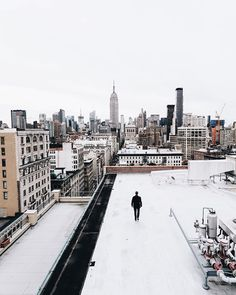 New York in the snow is something I've been looking forward to for a while. What's your favorite season? ☁️❄️