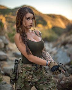 Girls with Guns ❤ 💜 💖 💗 💟 💜 ❤ 💙 💚 💛 N Girls, Girls Dpz, Mädchen In Uniform, Look Rockabilly, Mädchen In Bikinis, Military Girl, Female Soldier, Military Women, Warrior Girl
