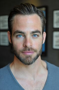 Chris Pine - these beautiful eyes should be on the York peppermint patty commercials Short Hair Cuts, Short Hair Styles, Haircut For Thick Hair, Hair And Beard Styles, Men's Grooming, Attractive Men, Facial Hair, Haircuts For Men, Trendy Hairstyles