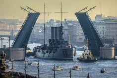 """крейсер """"Аврора"""" идёт на ремонт в док Кронштадта, 21 сентября 2014г"""