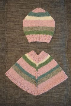 Min Dukkeverden: Poncho og lue til Babyborn - oppskrift Baby Born Clothes, Baby Socks, Hello Dolly, Baby Knitting, Dress Making, Doll Clothes, Bohemian Rug, Free Pattern, Diy And Crafts