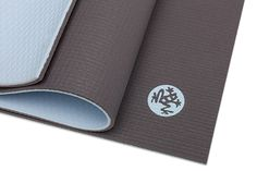 Manduka Black Mat PRO - Black Mod Limited Edition Dempet, fredelig og essensiell: to-tonet Limited Edition Manduka PRO Black Mod. Med en gråmelert topp overflate og tåkete blå bunn, vil din yogapraksis bli fylt med ro...