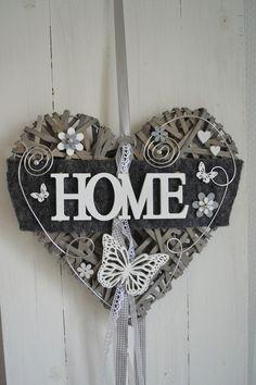 Hallo zusammen! Biete Euch hier ein schönes Weidenherz was in liebevoller Handarbeit gefertigt wurde.  Das Herz ziert Filz, Formdraht, Perlen, ein HOME-Schild, Schaumblüten, Holzblüten,...