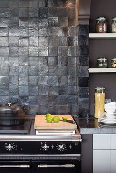 Kitchen backsplash ideas that will brighten and modernize your kitchen. with cabinets, diy for big and small kitchen - white or dark cabinets, tile patterns Kitchen Interior, New Kitchen, Kitchen Dining, Kitchen Decor, Kitchen White, Vintage Kitchen, Cocinas Kitchen, Stainless Backsplash, Cuisines Design