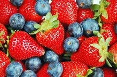 #HealthyFood A chi non vuole rinunciare allo spuntino di metà mattina o alla merenda pomeridiana consigliamo una coppa di yogurt con fragole e mirtilli: le fragole sono composte al 90% di acqua e idratano le cellule dell'organismo senza appesantirlo. I mirtilli sono ottimi alleati per contrastare la ritenzione idrica! #berries #freshfruits #wholesfood #fruttafresca #vegan #fitlife #fitness