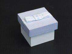 Caixa Laço Chanel Baby     Caixa em mdf, pintada e revestida com tecido na tampa 100%algodão, com laço chanel em fita Decorada.  Fazemos as caixinhas para lembranças de padrinhos, daminhas e pajem, de acordo com a decoração do seu evento, consulte sobre outras cores e padrões de tecido.Caixa 6cmx6cm.    Tag de agradecimento personalizado.    O prazo para entrega depende da quantidade    Pedido mínimo :12 peças    Somente por Encomenda.    R$ 8,50  NÃO DISPONÍVEL R$8,50