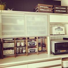 キッチンは収納が多い場所です。しかし、使いたいものを使いたい場所に収納できるか?といわれると、必ずしもそうではないですよね。今回は、ニーズに合わせたキッチンラックをDIYされて、快適な暮らしを実現されているRoomClipユーザーさんを紹介します。便利が詰まった作品ばかりですよ。