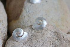 Pendientes de botón en forma de caracola de mar hechos a mano en plata de ley. Colección Mediterráneo