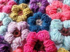 Free Crochet Patterns: Puffy daisy. Follow the link for tutorial and English instructions #crochet #freepattern #crochetflower