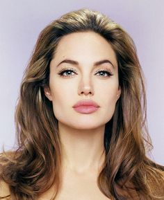 Throughout the years Angelina Jolie has changed her style and Looks. On June 4 Angelina Jolie turned so we're celebrating that she looks Fabulous. Hair And Beauty, Beauty Makeup, Hair Makeup, Makeup Crew, Pale Skin Makeup, Makeup Lips, Make Up Looks, Angelina Jolie Eyes, Makeup Looks