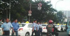 #HeyUnik  [WOW] Sopir Taksi Sweeping Rekannya Sampai Masuk ke Jalan Tol #Otomotif #Sosial #Unik #YangUnikEmangAsyik