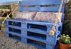 garten mit einer bank aus paletten - mit kissen - Gartenmöbel aus Paletten – 30 interessante Beispiele