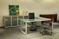 Oficina moderna. Combinación de vidrio y aluminio. Amplitud y luminosidad