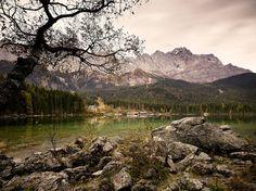 Über den Eibsee im Werdenfelser Land wacht am Horizont das Wettersteingebirge mit der Zugspitze. Kristallklar