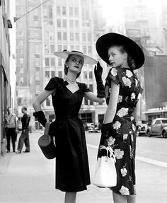 Models in cotton summer dresses in New York - photo by Nina Leen love this vintage style 40s Mode, Retro Mode, Vintage Mode, Vintage Glam, Vintage Beauty, Vintage Inspired, 1940s Fashion, Timeless Fashion, Vintage Fashion