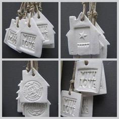hangertjes gemaakt van zelfdrogende klei, stempeltjes en uitsteekvormen! Paper clay and stamps, nice!!!