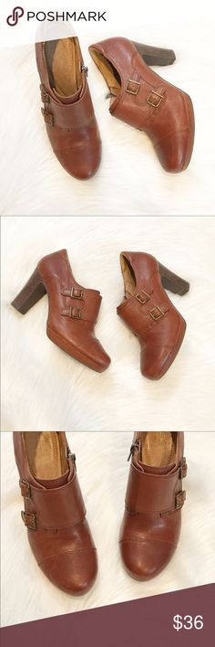 """Clarks Artisan Ankle Boots These ankle boots are so cute and the perfect shoe for a skinny jean! Cognac / brown color, interior side zip, heel measures right under 4"""". In excellent used condition, minimal wear. Size 8.5, leather upper. Clarks Shoes Ankle Boots & Booties"""