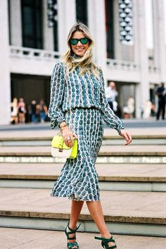 Retro printed silk dress with neon detailed bag #streetstyle