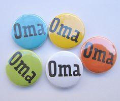 Sag es mit einem witzigen Button. Den gibt es auch für den Opa, die kleine und die große Schwester und den kleinen und den großen Bruder. Bezug: http://www.batata.de/Kleinkram/Buttons/?XTCsid=nkbk34277h1kqfhjejunfh2oi3 #Batata