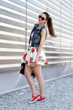 Con la gonna a ruota alta in vita, dalla fantasia a grandi rose, sono perfette le #Converse tono su tono. #outfit