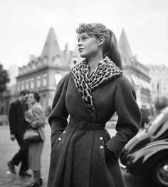* Brigitte Bardot - Photo de mode Place François 1er - 1951 - photo Georges Dambier