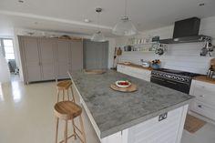 Landhausstil trifft auf moderne in der Küche mit Arbeitsplatte aus beton